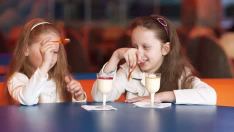 Dos-Chicas-En-El-Cafe