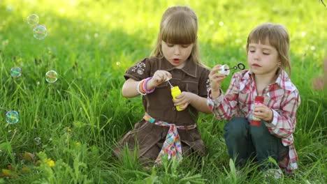 Zwei-Mädchen-Blasen-Seifenblasen