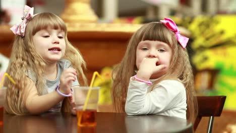 Zwei-Mädchen-In-Einem-Café