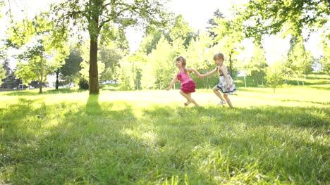 Zwei-Mädchen-Laufen