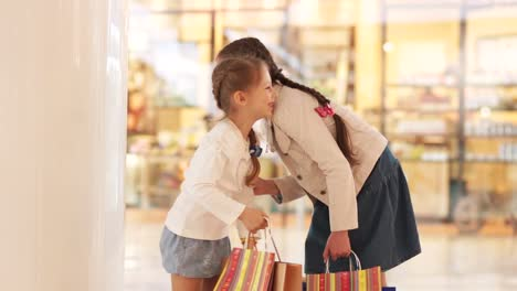Two-Sisters-Laughed-And-Looked-At-The-Camera-They-Shopping