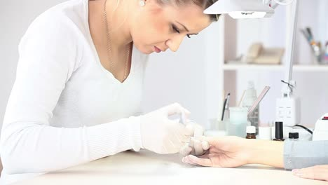 Woman-Sawing-Grind-Nails