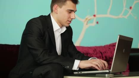 Joven-Empresario-Con-Notebook