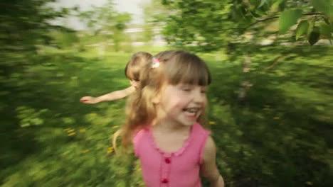 Chicas-Lindas-Corriendo-En-El-Jardín-Y-Sonriendo