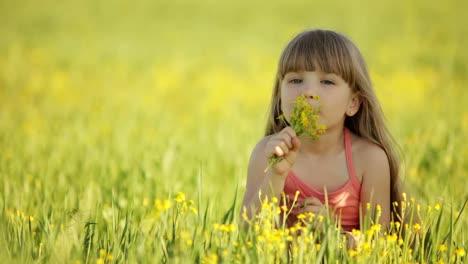 Niña-Disfrutando-El-Aroma-De-Las-Flores