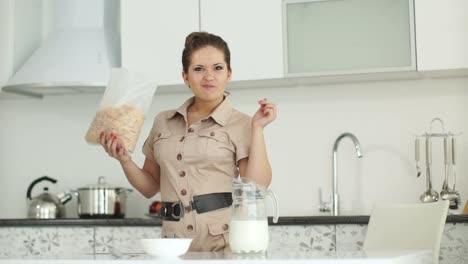 Niña-Está-De-Pie-En-La-Cocina-Y-Comiendo-Cereal