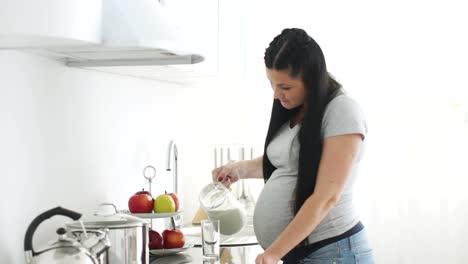 Mujer-Embarazada-Vertiendo-Leche-En-Un-Vaso