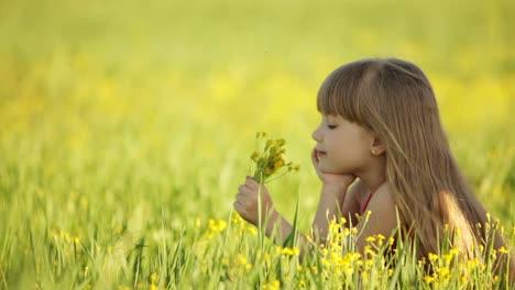 Linda-Chica-Oliendo-Flores-Y-Sonriendo