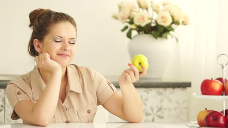 Adolescente-Comiendo-Manzana-Y-Mirando-A-La-Cámara-Con-Una-Sonrisa