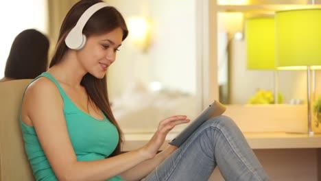 Adolescente-Con-Tableta-Escuchando-Música