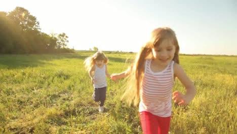 Zwei-Mädchen-Spielen-Aufholen