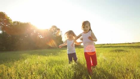 Dos-Chicas-Corriendo-En-El-Campo-Y-Sonriendo
