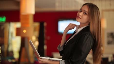 Junge-Geschäftsfrau-Die-Im-Café-Steht-Und-Auf-Dem-Laptop-Tippt