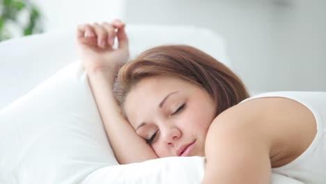 Linda-Chica-Durmiendo-Despertando-Sonriendo-Y-Riéndose-De-La-Cámara