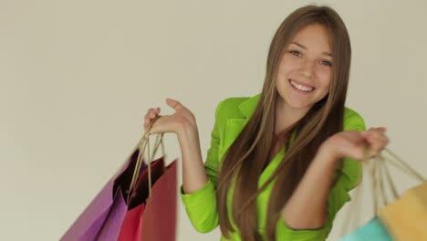Hermosa-Chica-Sosteniendo-Bolsas-De-Compras-Y-Sonriendo