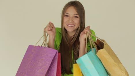 Chica-Encantadora-Con-Bolsas-De-Compras-Y-Sonriendo