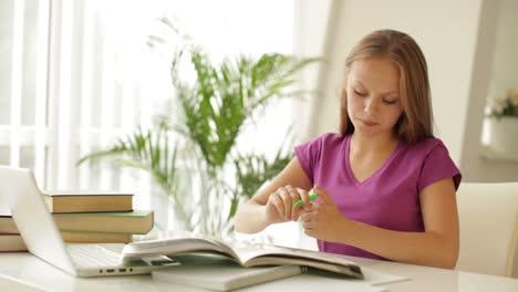 Encantadora-Niña-Sentada-En-La-Mesa-Usando-Laptop-Escribiendo-En-El-Libro-De-Trabajo