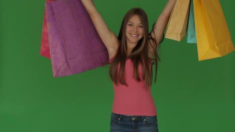 Linda-Chica-De-Pie-Con-Bolsas-De-Compras-Y-Sonriendo-En-Pantalla-Verde