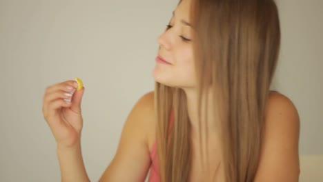 Linda-Chica-Estudiando-En-La-Mesa-Y-Comiendo-Copos-De-Maíz