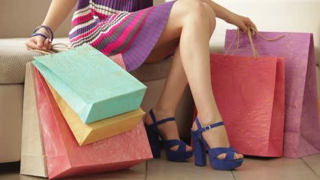 Chica-Caminando-En-Tacones-Con-Bolsas-De-Compras