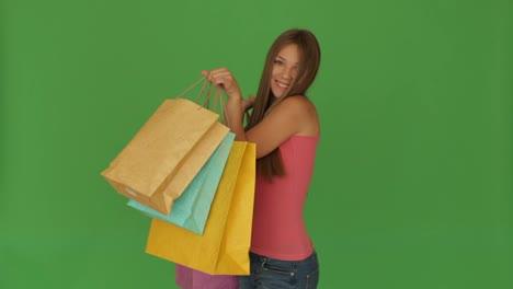Niña-Feliz-Posando-Con-Bolsas-De-Compras-Y-Sonriendo-En-Pantalla-Verde