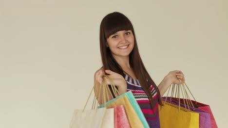 Linda-Chica-Posando-Con-Bolsas-De-Compras-Y-Sonriendo