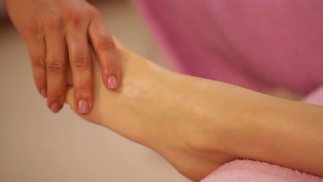 Professionelle-Massagetherapeutin-Massiert-Weibliche-Füße-Beim-Beauty-Spa-Panning