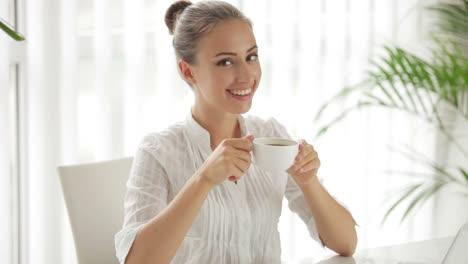 Hermosa-Empresaria-Sentado-A-La-Mesa-Con-Una-Taza-De-Café