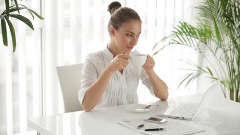Encantadora-Empresaria-Sentado-A-La-Mesa-Con-Una-Taza-De-Café