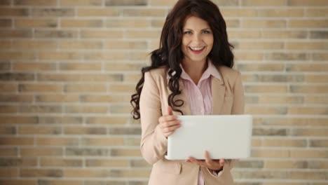 Joven-Atractiva-Usando-Laptop-Cerrándolo-Y-Sonriendo-A-La-Cámara
