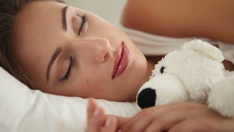 Attraktives-Mädchen-Das-Im-Bett-Schläft-Und-Teddybär-Schwenkkamera-Umarmt