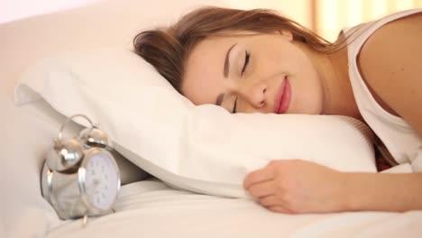 Charmantes-Mädchen-Das-Im-Bett-Schläft-Aufwacht-Und-In-Die-Kamera-Lächelt-Und-Dann-Einschläft
