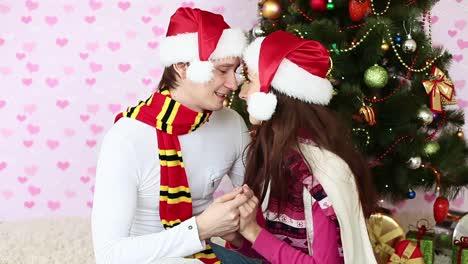 Parejas-De-Enamorados-Cerca-Del-árbol-De-Navidad