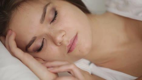 Süße-Junge-Frau-Die-Im-Bett-Schläft-Und-In-Ihrem-Schlaf-Lächelt-Schwenkt-Die-Kamera