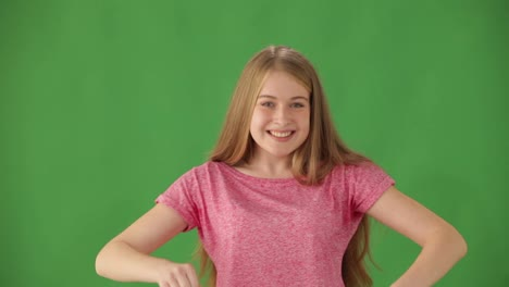 Joven-Enérgica-De-Pie-Sobre-Fondo-Verde-Sonriendo-Y-Mostrando-Los-Pulgares