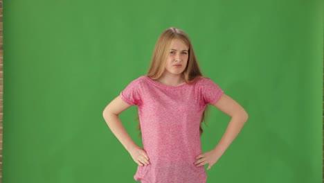 Mujer-Joven-Frustrada-De-Pie-Sobre-Fondo-Verde-Mostrando-Los-Pulgares-Hacia-Abajo
