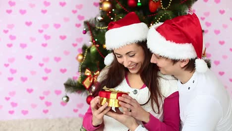 Girl-Received-A-Christmas-Gift-From-Her-Boyfriend