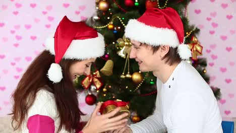 Guy-Kisses-The-Girlfriend-And-Gives-Her-A-Christmas-Gift