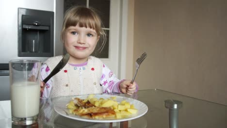 3-Years-Old-Girl-Learns-To-Use-A-Knife-And-Fork