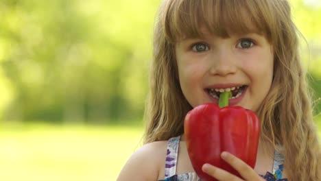 Nahaufnahmeporträt-Eines-Glücklichen-Mädchens-Das-Ein-Gemüse-In-Den-Zähnen-Hält