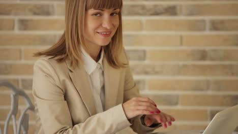 Linda-Mujer-Joven-Sentada-En-El-Café-Y-Usando-Laptop