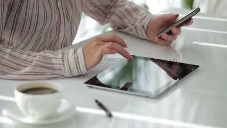 Weibliche-Hände-Die-Handy-Halten-Und-Touchpad-Verwenden