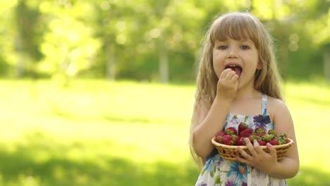 Mädchen-Isst-Erdbeeren-Und-Schaut-In-Die-Kamera