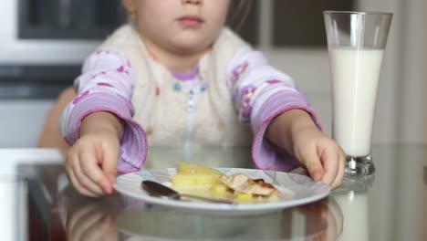 Mädchen-Lehnt-Essen-Ab-Das-Sie-Nicht-Essen-Möchte