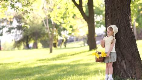 Mädchen-Mit-Blumenkorb-In-Der-Nähe-Des-Baumes