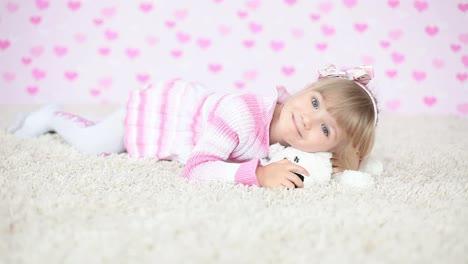 Glückliches-Baby-Auf-Dem-Teppich-Mit-Teddybär