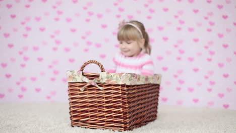 Glückliches-Kind-Sitzt-In-Einem-Korb