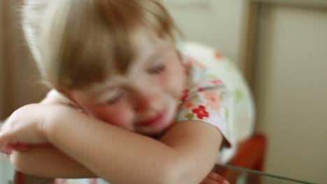 Glückliches-Kind-Wacht-Auf-Und-Schaut-In-Die-Kamera