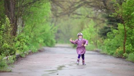 Niña-Feliz-Corriendo-En-El-Parque-Infantil-Sosteniendo-Un-Diente-De-León
