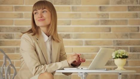 Feliz-Mujer-Joven-Sentada-En-El-Café-Y-Usando-Laptop
